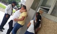 Subintendente Pacheco Zambrano se abraza a su esposa luego de conocer la decisión de la juez.