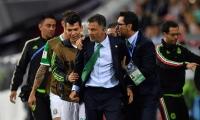 Osorio es sujetado por integrantes del cuerpo técnico y jugadores de la selección de México.