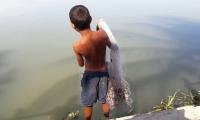 Niño pescador en la laguna de El Guájaro.