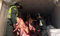 La policía durante operativos de decomiso de carne.