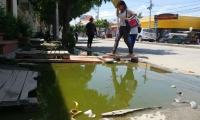 Samarios deben caminar en medio de aguas negras en el Centro de Santa Marta.