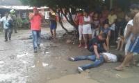 En el suelo quedaron tendidos los cuerpos.