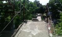 El peligroso puente que deben atravesar todos los días los habitantes de Villa Leydi en Gaira.