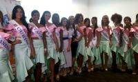 Las 12 aspirantes asistieron a la ceremonia de imposición de banda vestidas por Lala Cuello.