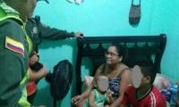 Uniformados de la Policía Metropolitana de Santa Marta durante la entrega del menor a sus familiares.