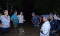 Miembros de Gestión del Riesgo evaluaban la situación en la noche del miércoles.