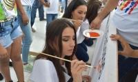 Las candidatas al XX Imperialato Nacional de La Cumbia dibujando la Bandera de la Paz.