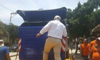 El alcalde Rafael Martínez presentó ante la comunidad de la avenida del Río y los medios de comunicación los contendores.