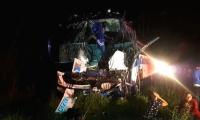 El bus quedó destruido en la parte frontal.