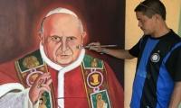 Leonardo Velásquez, artista plástico muestra el cuadro que hizo del Papa Juan XIII.
