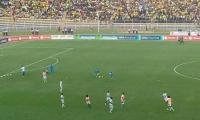 El equipo colombiano durante el calentamiento en el campo de juego.