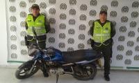 Motocicleta recuperada por la Policía en Ciénaga.
