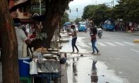 Algunas personas se rebuscan ofreciendo alternativas para cruzar la calle.