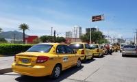 Por segunda vez los taxistas de Santa Marta salen a las calles a protestar por la falta de vías de evacuación.