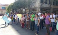 Protesta de vendedores del mercado frente a las instalaciones de la Alcaldía.