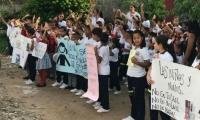 Protesta de comunidad educativa en Fundación.