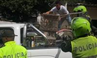 Las aves siendo llevadas por las autoridades
