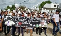 Una multitudinaria marcha acompaña el cortejo fúnebre de la menor asesinada.
