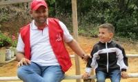 Edwin Contretras, alcalde de El Carmen, en la foto con su hijo Cristo José, secuestrado hace 3 días.