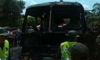 El bus se incendió porque el chofer intentó encenderlo echándole gasolina al carburador siendo un vehículo de gas.