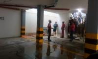 Personal de Veolia atiende la emergencia que se presentó en la alberca de un edificio en el Rodadero.