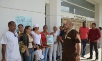 Los trabajadores de Esimed realizan un plantón en las afueras de la clínica.