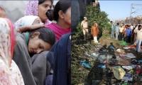 Una mujer es consolada tras la tragedia en las vías del tren en la India, donde 59 personas murieron.
