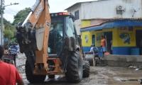 La Essmar está removiendo el lodo y sedimentos de las calles con maquinaria amarilla.