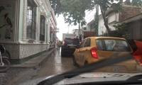 En varias calles del centro hay trancones debido a los carrotanques.