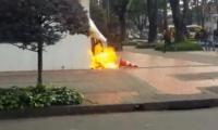 Bomba incendiaria lesionó a policía en Bogotá.