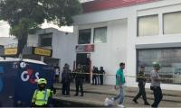 Afueras del banco Colpatria, frente a la estación Joaquín Barrios Polo.