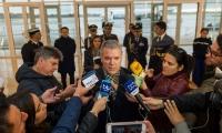 """A su llegada a París, el Presidente ofreció una declaración en la que exigió no más terrorismo ni más """"ataques al pueblo colombiano"""" por parte del ELN."""