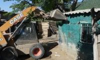 Con maquinaria pesada fue demolida vivienda en Villa Betel.