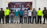 Parte de los 25 capturados en el operativo por la Policía Antinarcóticos.