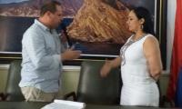 Álex Velásquez, saludando a la nueva presidenta de la Asamblea, Claudia Aaron.