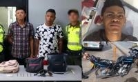 Los capturados, el arma y la moto incautada, y los objetos recuperados.