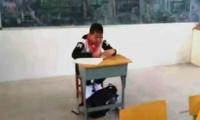 Zhou Xiaozhou, de 13 años, fue aislado de sus compañeros, por decisión de su profesor.