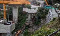 Caída de una estructura de puente en construcción.