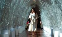 Melania Trump mostrando la decoración navideña de la ´Casa Blanca´