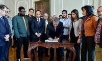 Iván Duque firmó acuerdo con los representantes de los estudiantes de universidades públicas.
