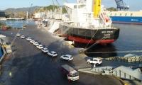 Transportes de vehículos, buque a buque, en el Puerto.
