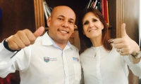 Elkin Carbonó, jefe de prensa de la Gobernación del Magdalena, en compañía de Rosa Cotes, gobernadora.