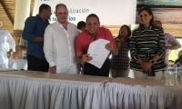 La Gobernadora acompañada de otros alcaldes presente en el acto de compromiso del proyecto.