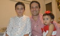 Camilo George junto a sus hijos Jacobo y Emma