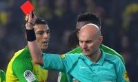 Tony Chapron expulsando al defensor Diego Carlos.
