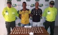 Los capturados y las 100 dosis de cocaina.