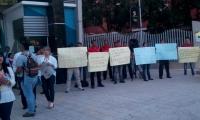 Algunos empleados de Uniautónoma protestan por salarios adeudados.