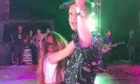 La mujer, que habría burlado la seguridad, subió al escenario para demostrarle su afecto al cantante vallenato.