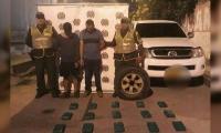 Hombres capturados, quienes portaban, al parecer, droga en una llanta de repuesto.