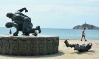 Escultura Tayrona se fue al suelo en el camellón de la Bahía, debido a los fuertes vientos.